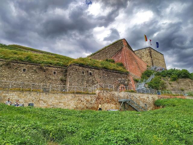 twierdza w Kłodzku, widok od strony miasta na mury obronne