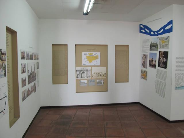 museu com mapas e fotos antigas