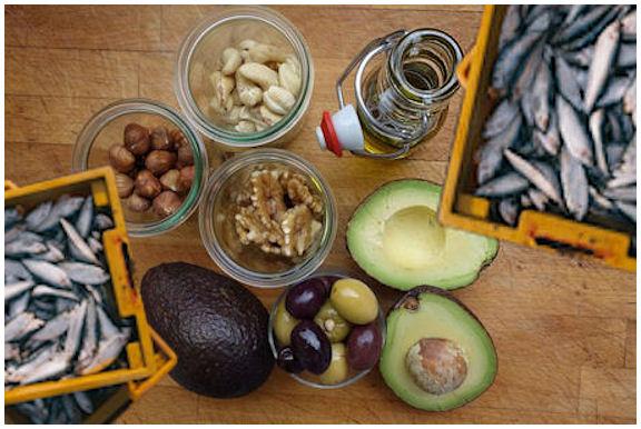 Suositeltavia rasvan lähteitä: rypsiöljyä, kaloja, pähkinöitä, avokado etc.