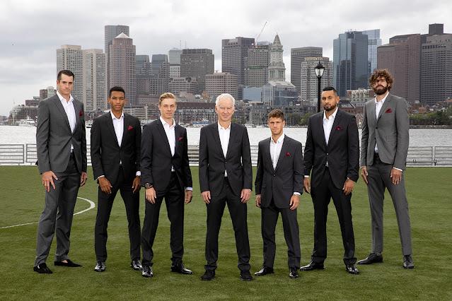 Time Mundo posa para foto. Todos usam traje de gala.