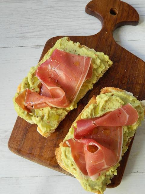 Sandviș cu pasta de naut si sunca Serrano
