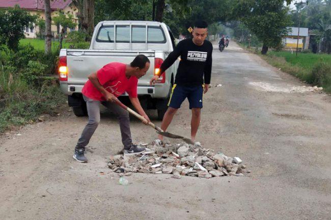 Warga Barebbo Bone Timbun Jalan yang Tak Kunjung Diperbaiki Pemerintah