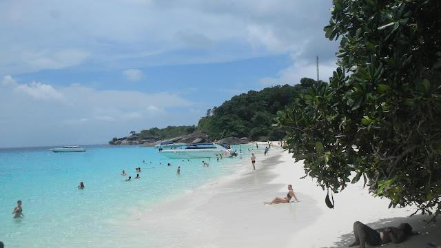 ที่เกาะสี่หรือเกาะเมี่ยงจุดท่องเที่ยวหลักๆอยู่ 3 ที หาดหน้า หาดเล็ก จุดชมวิวลานข้าหลวง