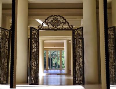 Porta em ferro forjado no interior de uma casa arte d'eco
