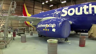 ΒΙΝΤΕΟ: Απίστευτο! Δες τί χρειάζεται για να βαφεί ένα αεροπλάνο