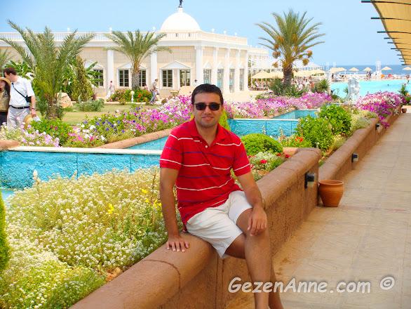 Kaya Artemis otelin güzel peyzajı ve havuzları, Kıbrıs