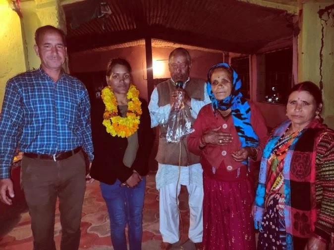 उत्तरकाशी के लौंथरू गांव में एवरेस्ट अभियान के लिए रवाना हो रही सविता कंसवाल को शुभकामनाएं देते ? - फोटो : UTTER KASHI