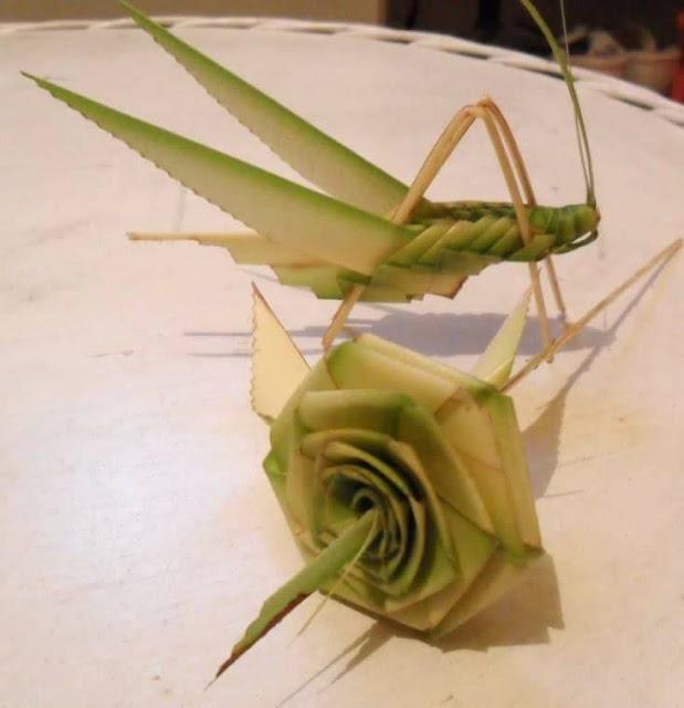 kerajinan bunga mawar dan belalang dari janur daun kelapa
