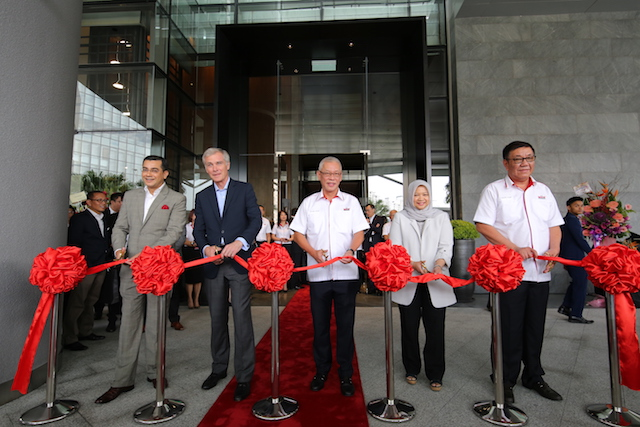 Auspicious opening ceremony. L to R - Jai Kishan, Symon Bridle, Dato' Lee Tuck Fook, Pn. Rohaya Mohammad Yusof, Goh Chin Liong