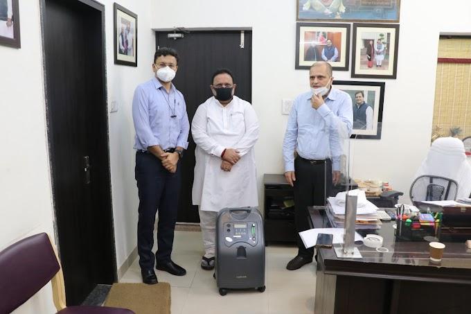 """""""द हंस' फाउंडेशन"""" ने चिकित्सा मंत्री को किए 500 हॉस्पीटल बेड्स और 200 ऑक्सीजन कंसंट्रेटर्स भेंट"""