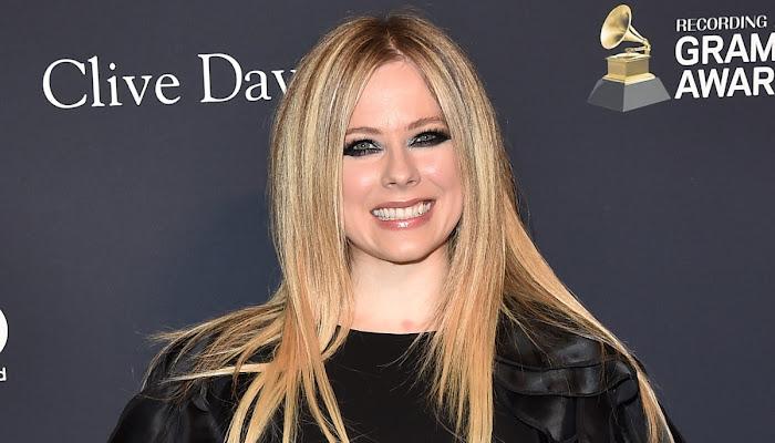 Las nuevas e inquietantes fotos de Avril Lavigne te dejarán hipnotizado