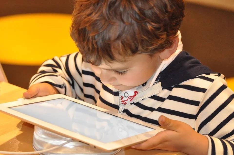 Criança vendo desenho animado no tablet