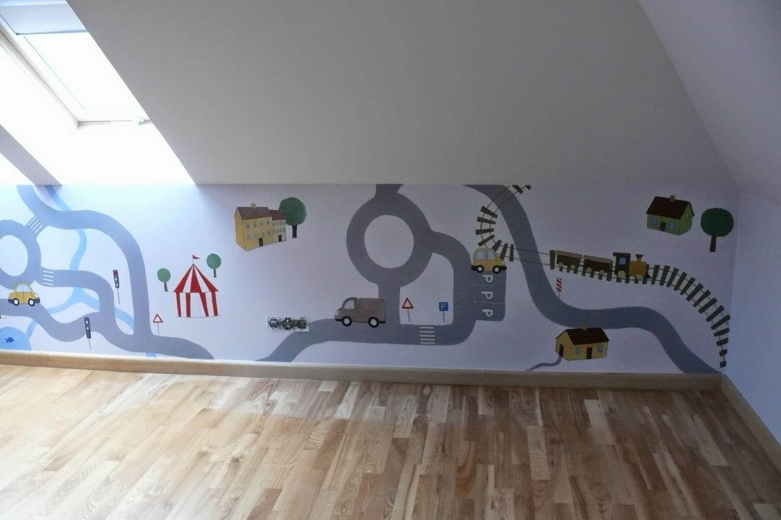 Artystyczne malowanie ściany w pokoju niemowlaka, prosta grafika ścienn