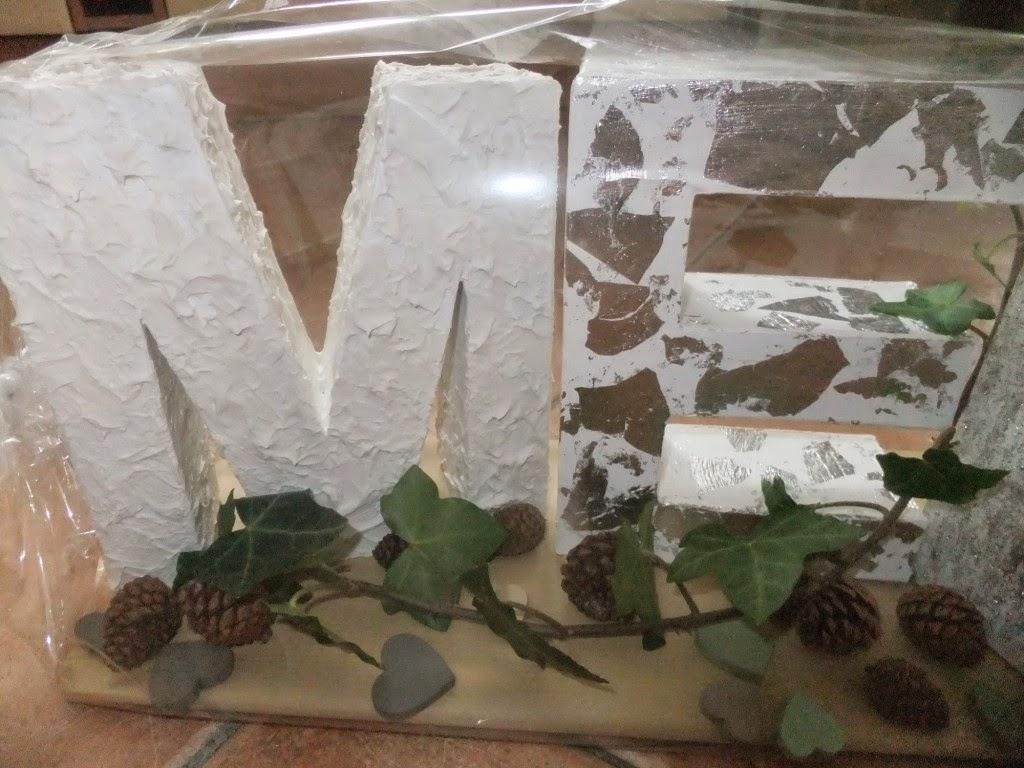 Buchstaben mit Zeitungspapier und Blattmetall gestalten