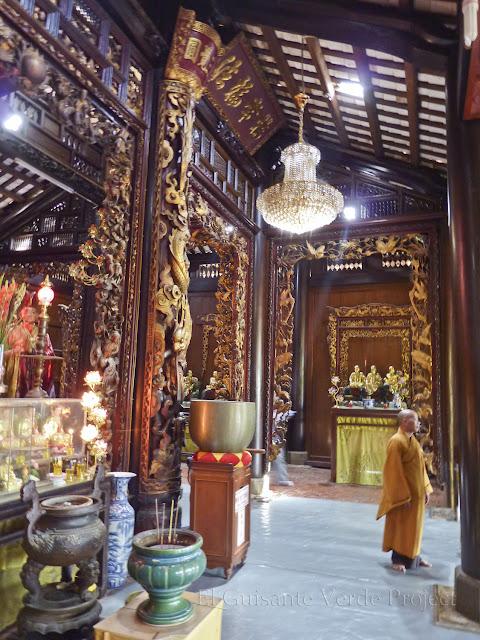 Monje en el interior de Vinh Trang Pagoda por El Guisante Verde Project