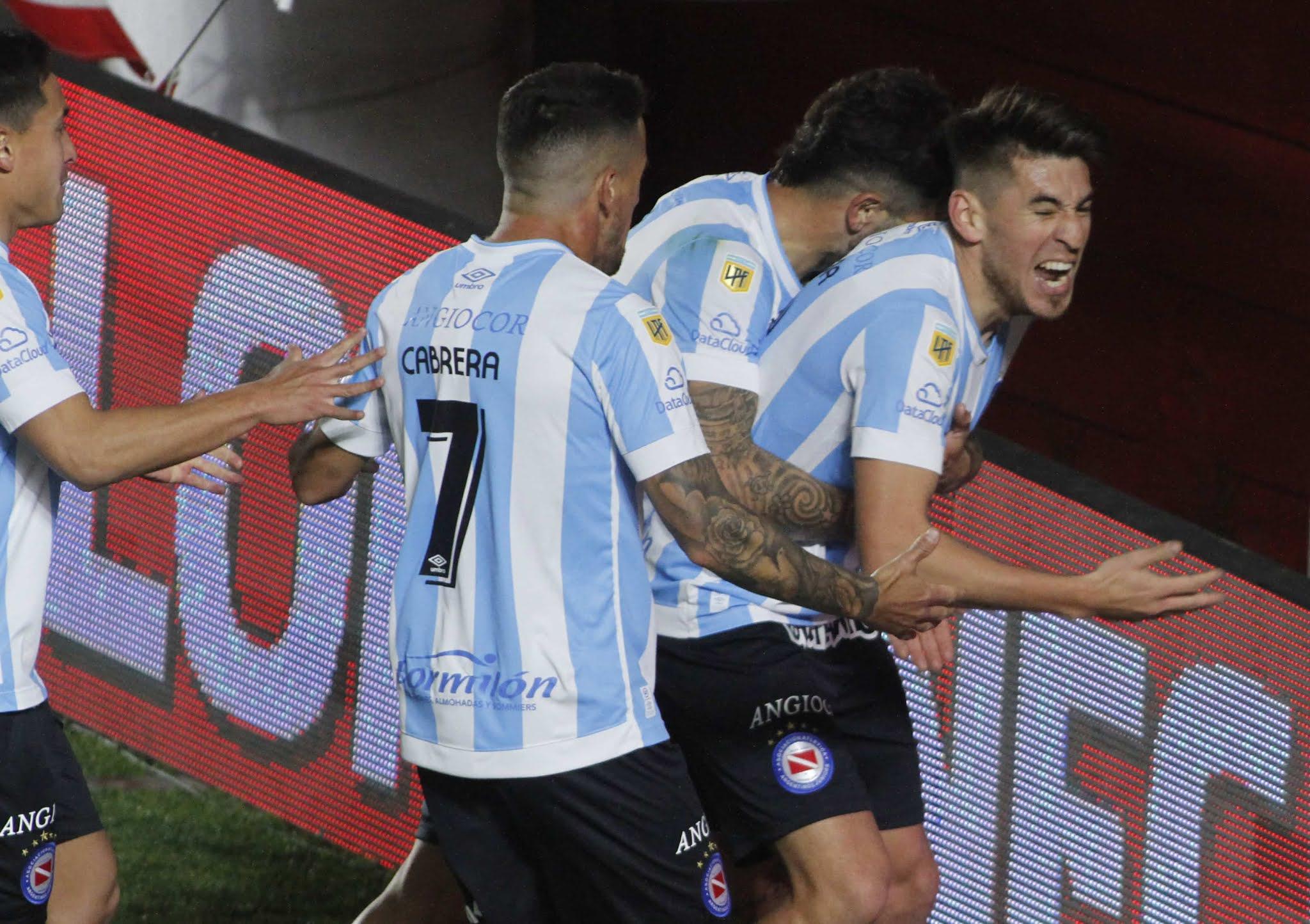 Argentinos Juniors venció a Newell's en el final pero los méritos los había hecho antes