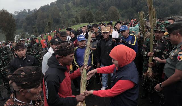 Khofifah melakukan penanaman rumput vetiver di Ranu Pani