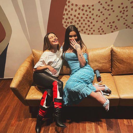 Cleo Pires e Vitória Guarizo posam sorridentes em evento