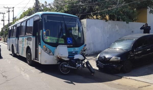 Passageiros reagem a assalto dentro de ônibus e detêm duas assaltantes em Fortaleza