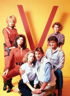Imagen de promoción de V con los protagonistas de la serie