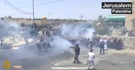 Polisi Israel Tendang Pria Sedang Salat di Masjid Al Aqsa  , 3 Orang Tewas , Ratusan Terluka