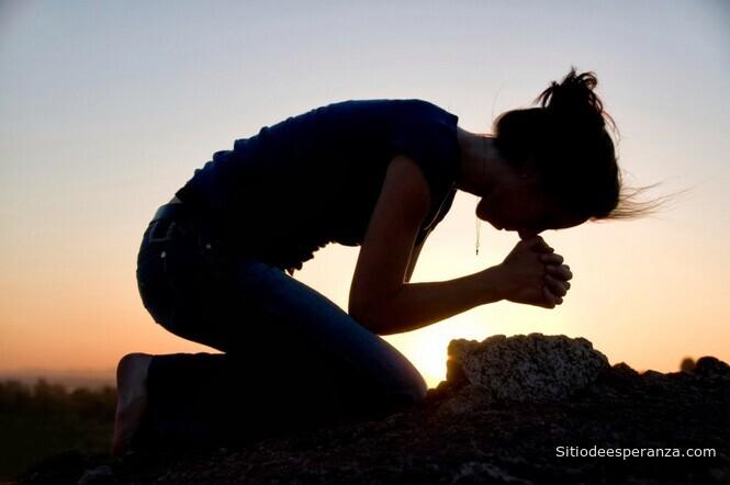 Mujer orando con fe