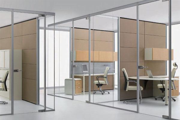 Vách ngăn nhôm kính với trọng đặc tính ưu việt là lượng rất nhẹ, tính thẩm mỹ, an toàn cao, mẫu mã đa dạng, màu sắc phong phú, giá cả dao động phù hợp với mức kinh phí của các văn phòng tầm trung