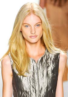 Gaya Rambut Untuk Wajah Kotak: Rambut Belah Tengah