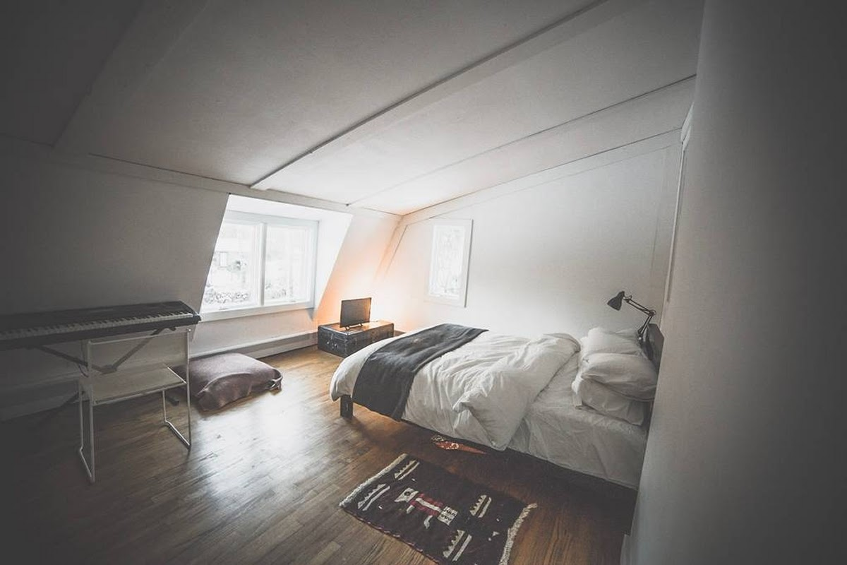 10-Guest-Bedroom-Jeremy-Sustainable-Catskills-A-Frame-House-Airbnb-www-designstack-co