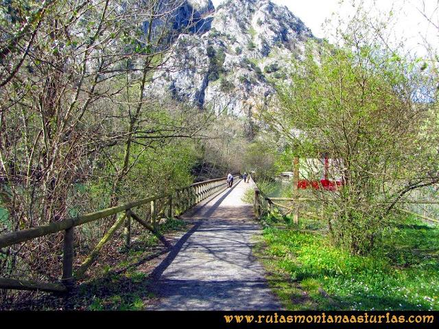 Ruta al Pico Gorrión: Puente sobre el Embalse de Valdemurio