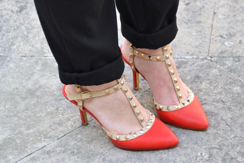 Veste blazer Sheinside, pantalon taille haute Pimkie, haut en dentelle H&M, pochette American Vintage, escarpins like Valentino