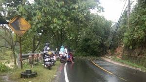 Jalan Lintas Riau-Sumbar Tersendat Akibat Longsor di Rantau Berangin