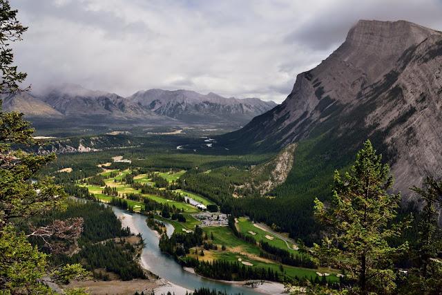 montañas y valle del río Bow en Parque Nacional Banff