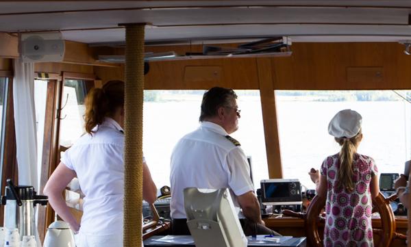 laivan kapteeni laivatyttö