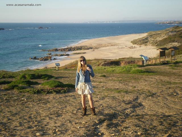 Praia da Ilha do Pessegueiro, ao fundo Sines.