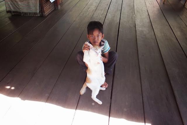 child-pose-with-cat 猫とポーズを決める少年