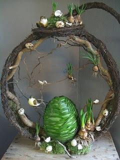 composizione pasquale con tronco di albero