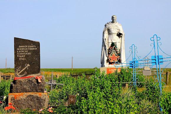 Острів Бирючий. Братська могила