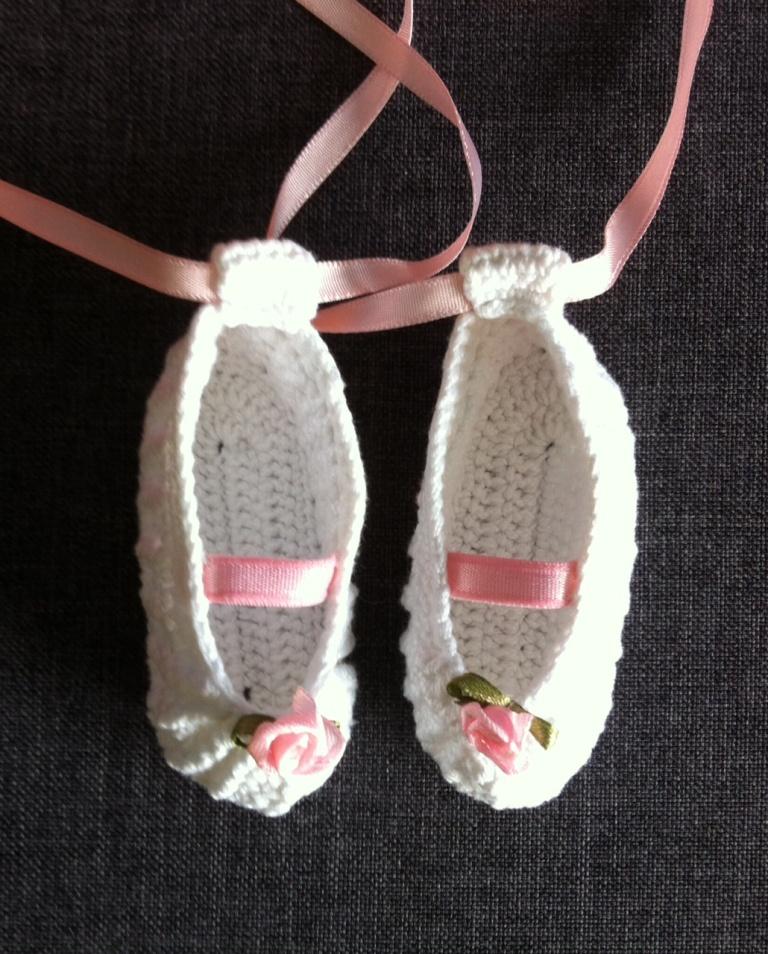 ccc26cf280 Fazendo arte com linhas  PAP - Sapatilha de bailarina em crochê para ...
