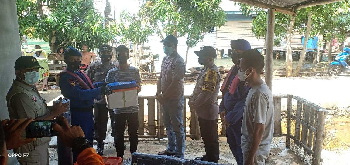 Kasatpolairud Polres Lingga Bersama BNPB Berikan Bantuan Kepada Korban Yang Rumahnya Tenggelam