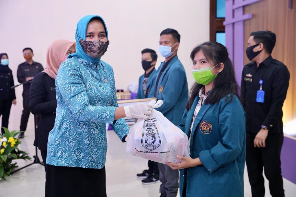 Ketua TP PKK Ibu Riana Arinal Beri Bantuan kepada Mahasiswa Unila dan Masyarakat Lampung yang Berada di Perantauan