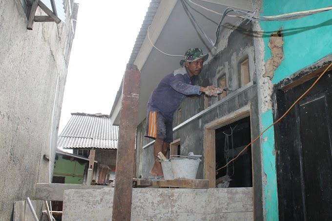 Pekerjaan Perbaikan Rumah Nurdin lembur Hingga Malam