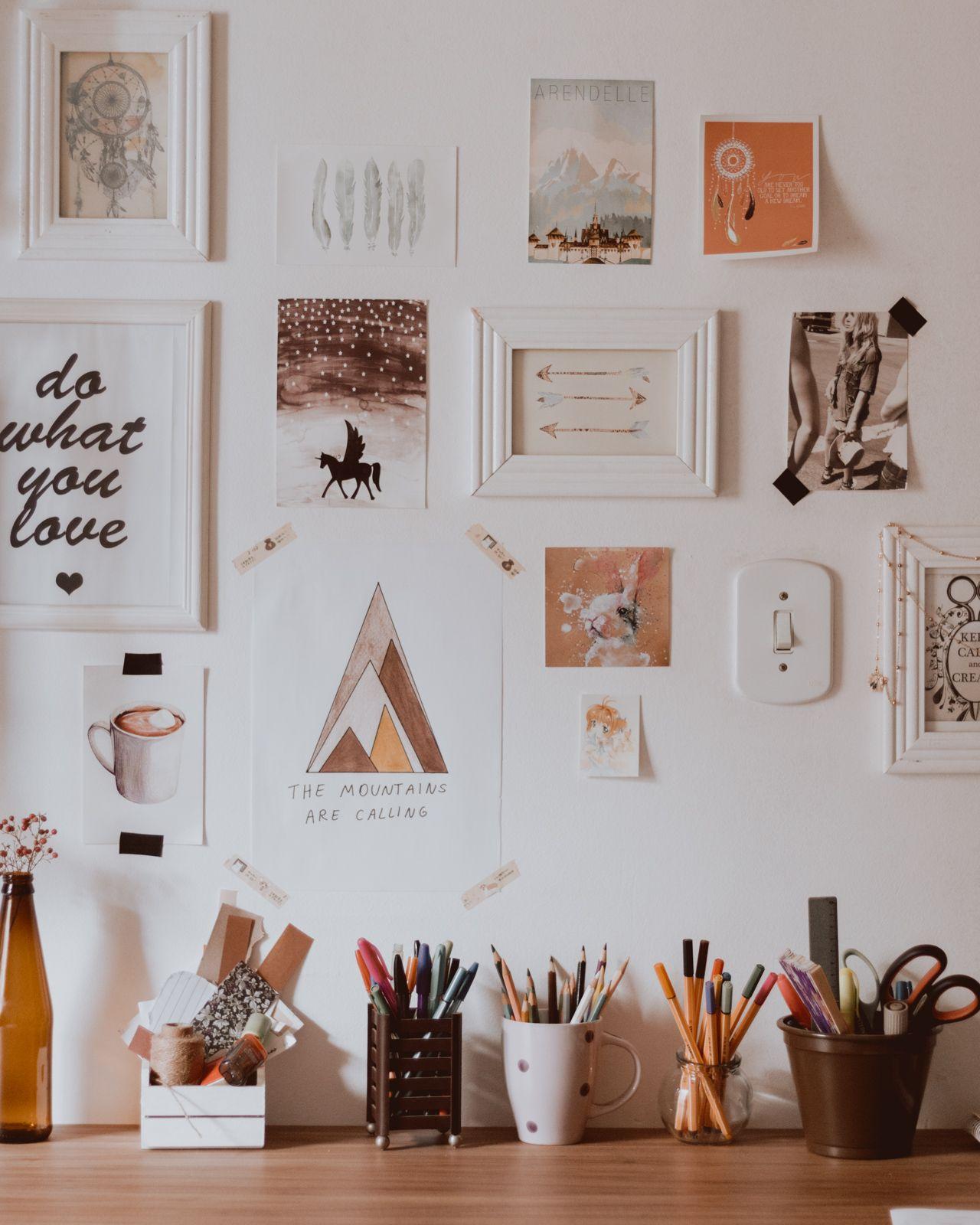 escrivaninha de madeia e parede decorada