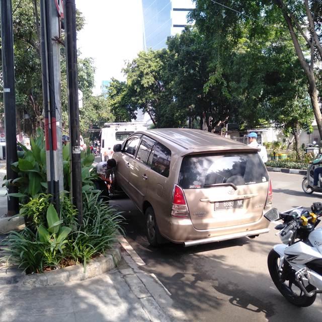Supir Tertidur, Mobil Parkir Di Bahu Jalan Diderek Petugas