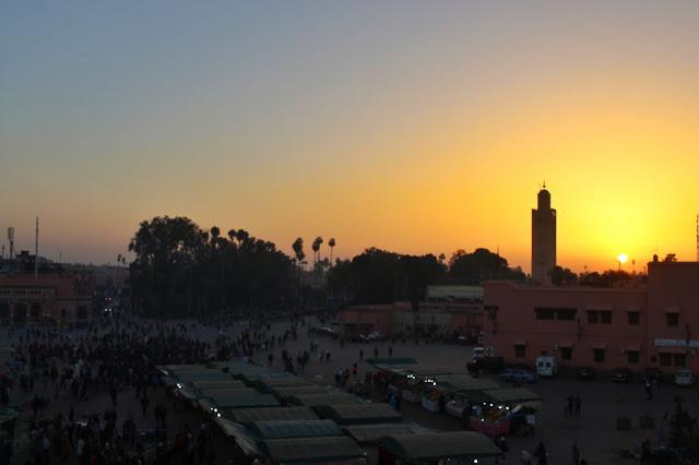 Um pôr-do-sol na Jamaa el-Fna, tal como visto do Café Restaurant Argana.