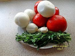 Ντομάτες,μαιντανός κρεμμύδια ξεφλουδισμένα και σκελίδες σκόρδο ,όλα μαζί σε πιατέλα,υλικά για το φαγητό