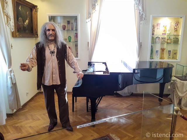 Barış Manço 81300 Müzesi: Barış Manço'nun Balmumu heykeli ve kendisine ait piyanosu...