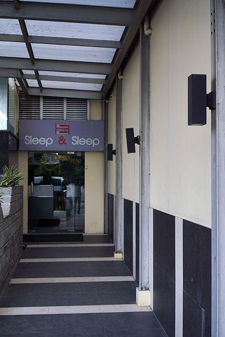 Pintu masuk ke Sleep and Sleep Capsule Semarang