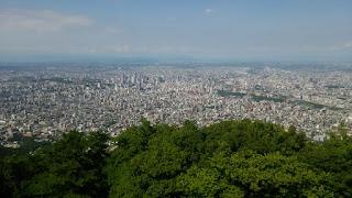 藻岩山から札幌市街を見る