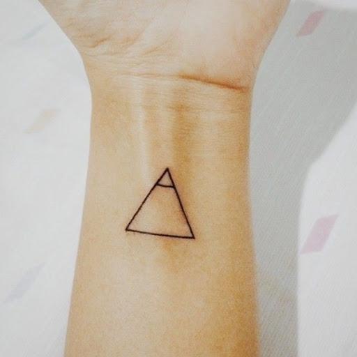 Um triângulo preto é representado em que o portador do pulso com uma pequena linha correspondente a um pico.